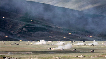Artillerymen launch rockets in hinterland of Qinghai-Xizang Plateau